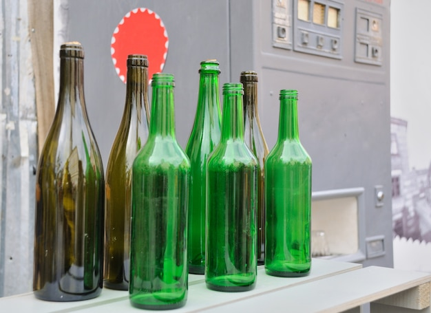 空のガラス瓶の束