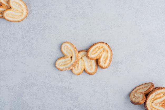 大理石の表面に表示されたフレーク状のクッキーの束
