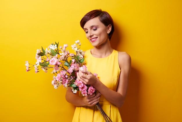 꽃 다발 기뻐하는 여자