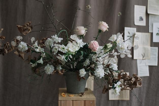 Букет цветов для украшения дома на темном фоне Premium Фотографии