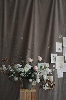 Букет цветов для украшения дома на темном фоне