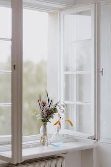 창턱에 꽃의 무리