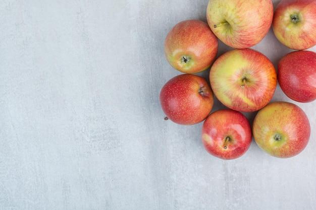 石の背景に新鮮なリンゴの束。高品質の写真