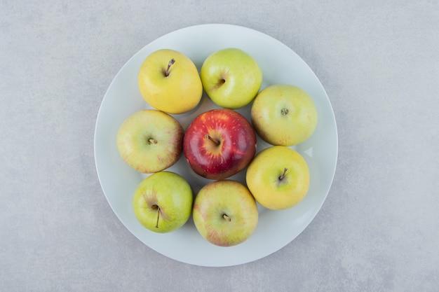 하얀 접시에 신선한 사과 다발