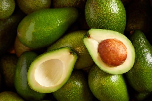 유기농 식품 시장에서 신선한 아보카도의 무리