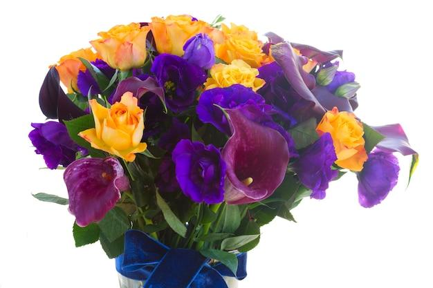 흰색에 고립 된 유리 제 화병에 신선한 칼라 릴리, 장미와 eustoma 꽃의 무리