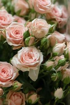 Букет из свежесрезанных розовых роз с цветочной поверхностью