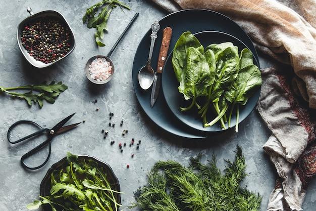 소박한 나무 테이블에 신선한 국내산 유기농 딜, 시금치, arugula, 봄 양파의 무리