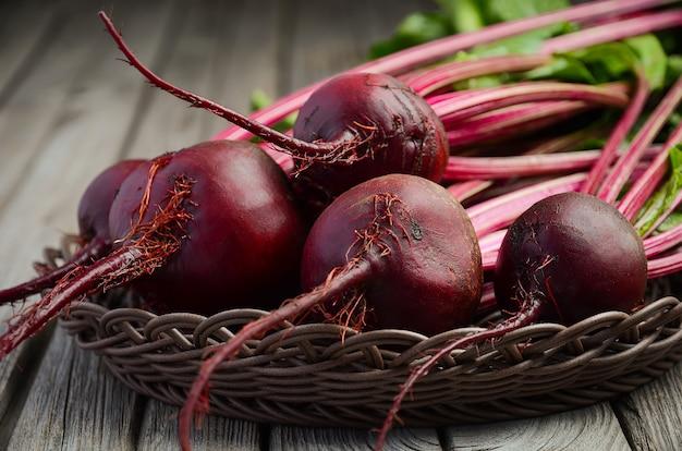 소박한 나무 테이블에 신선한 유기농 사탕 무의 무리. 프리미엄 사진
