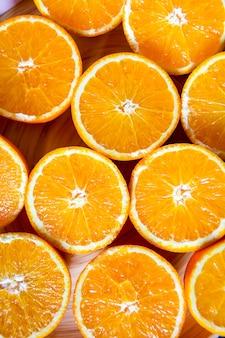 トレイに新鮮な有機スライスオレンジの束