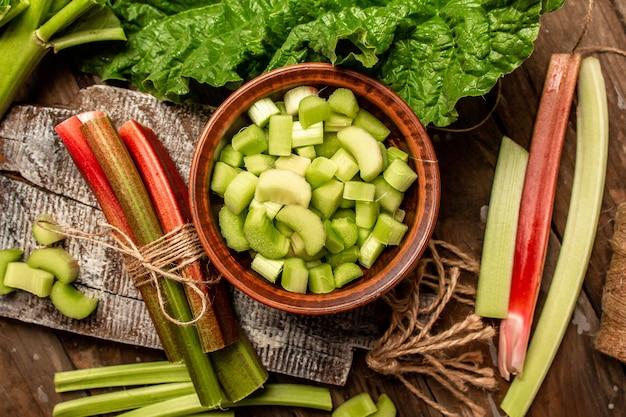 摘みたての新鮮な有機ルバーブの茎の束、クッキングルバーブ。食品レシピの背景。閉じる