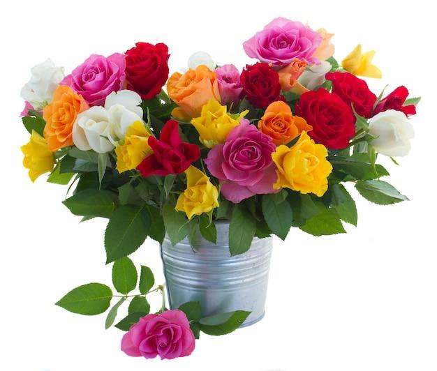 白で隔離の金属ポットの新鮮なピンク、黄色、オレンジ、赤、白の新鮮なバラの束
