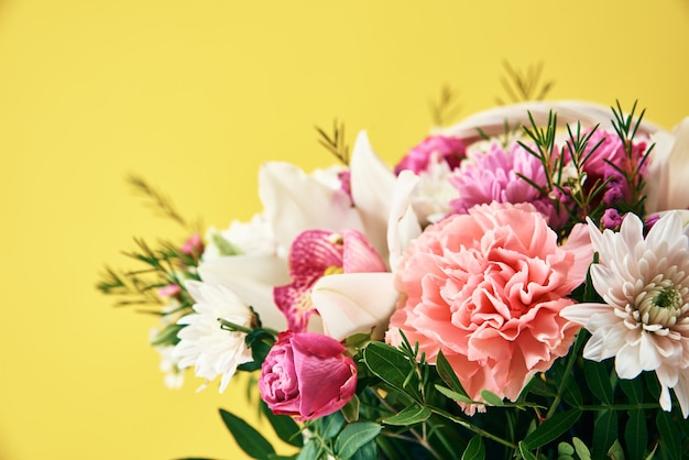 Букет из свежих летних цветов на желтом