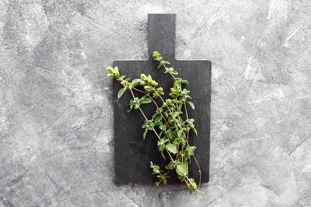 Букет из свежих листьев тимьяна на темно-сером фоне