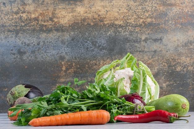石のテーブルに新鮮な野菜の束。高品質の写真