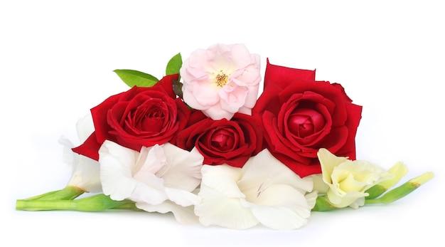 흰색 배경 위에 글라디올러스와 장미의 무리