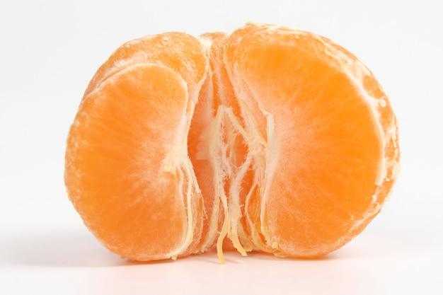 흰색 바탕에 포도의 무리입니다. 과일의 유용한 비타민 식품