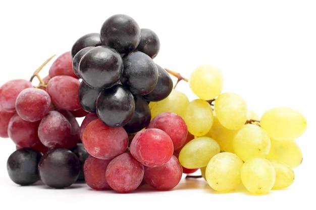 흰색 바탕에 포도의 무리입니다. 유용한 비타민 식품