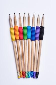 グラファイト鉛筆の束。カラフルなラバーペンシルフォームグリップ。あなたの子供のための文房具。
