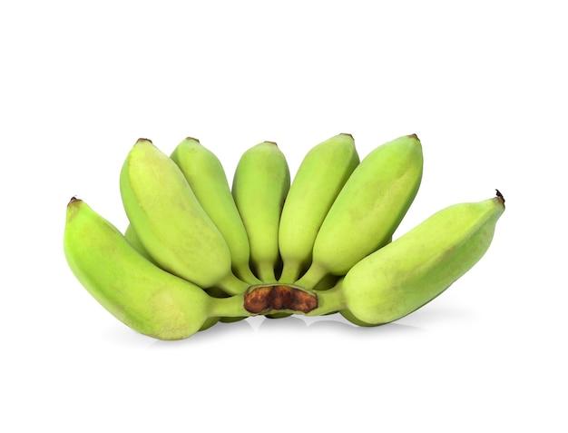 白い背景で隔離の緑のバナナの束。クリッピングパス。完全な被写界深度。