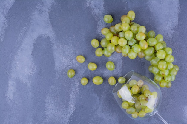 Букет из зеленого винограда, изолированных на синем.