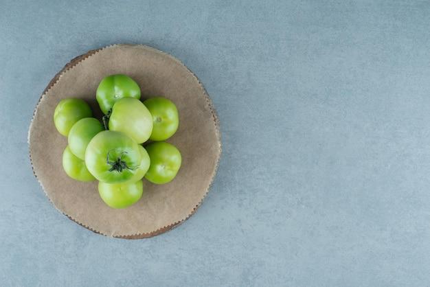 나무 조각에 그린 토마토의 무리입니다.