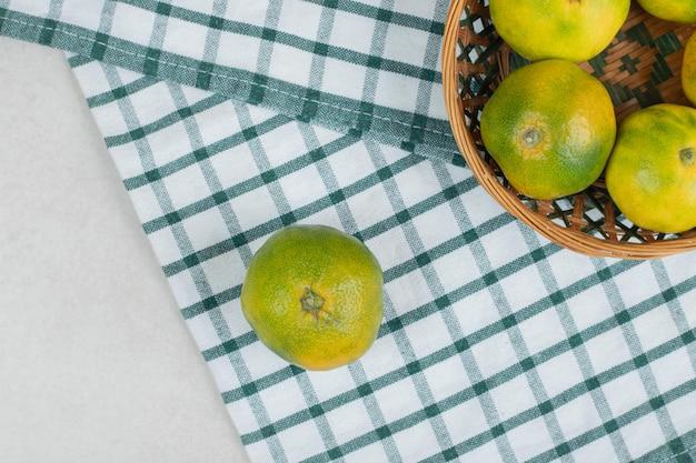 Букет сочных мандаринов в деревянной корзине