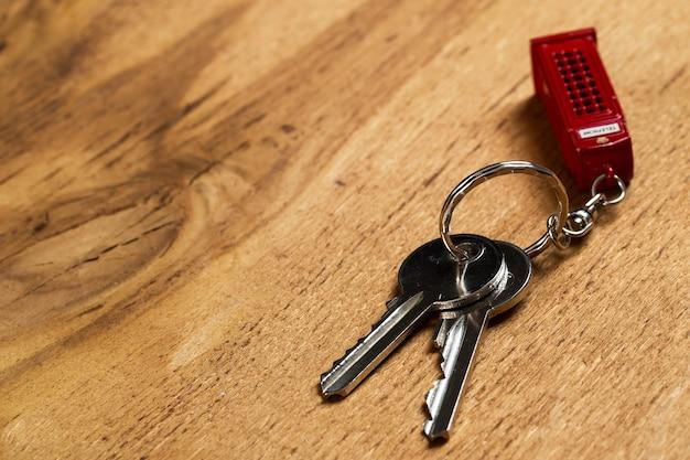Связка ключей на столе