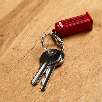 テーブルの上の鍵の束