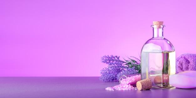 라벤더 꽃과 천연 화장품 다발