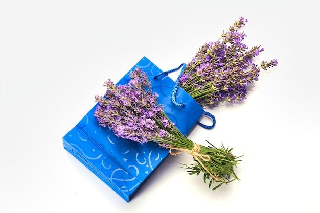 화이트에 라벤더 꽃의 무리