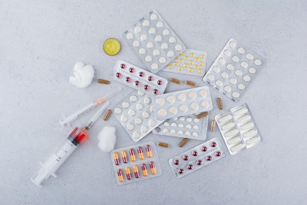 의료 약품, 알약, 캡슐 및 주사기의 무리.