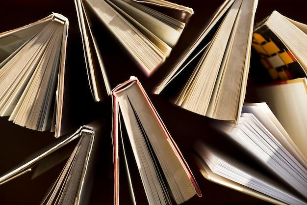 古い本の束