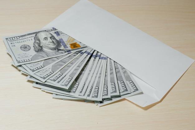 封筒に入った100ドル札の束。