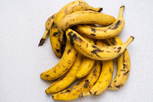 バナナブレッドの材料として熟れすぎたバナナの束。