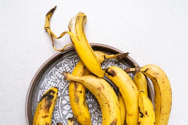 バナナブレッドを焼くための熟れすぎたバナナの束