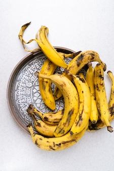 バナナブレッドを焼くためのトレイ上の熟れすぎたバナナの束