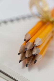 Связка карандашей, обернутая лентами