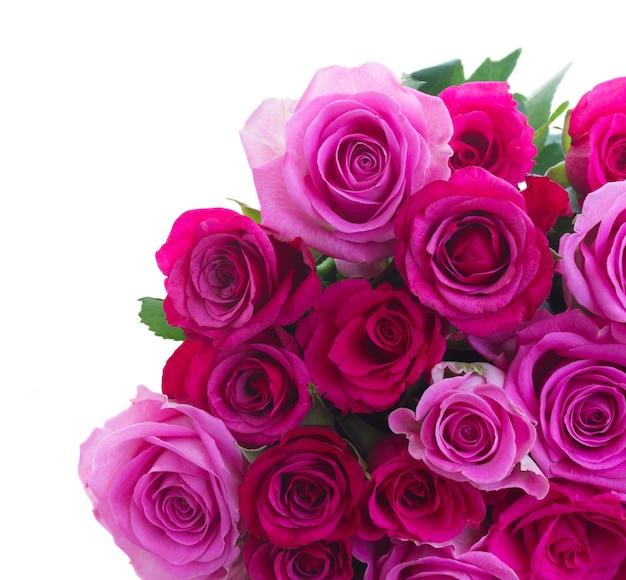 白い背景で隔離のピンクとマゼンタのバラの束