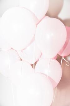 생일 장식 핑크 풍선의 무리