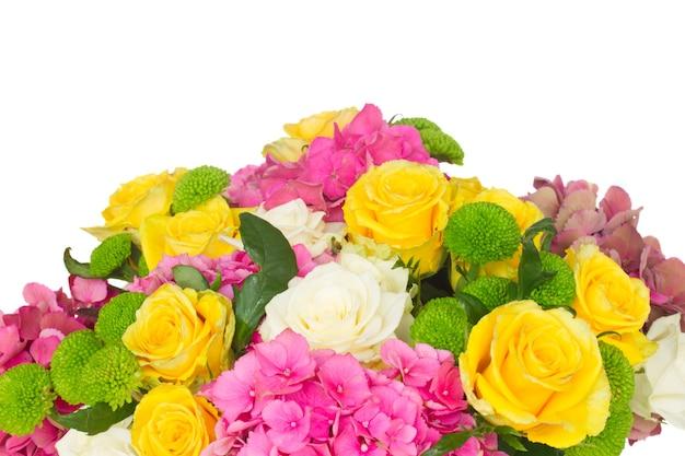 白と黄色のバラとピンクのオルテンシアの花の束は、孤立した境界線を閉じます