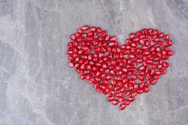 Букет из зерен граната в форме сердца.