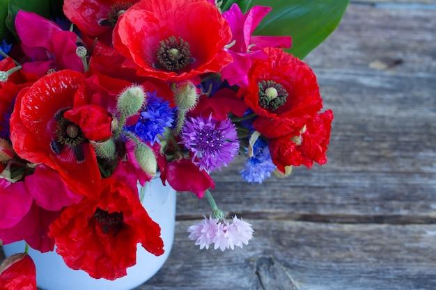 ポピー、スイートピー、コーンの花の束がクローズアップ
