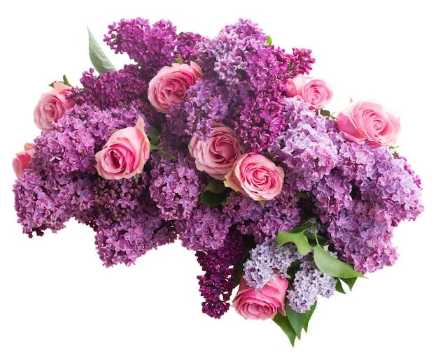 Букет из фиолетовых цветов сирени с розовыми розами, изолированные на белом