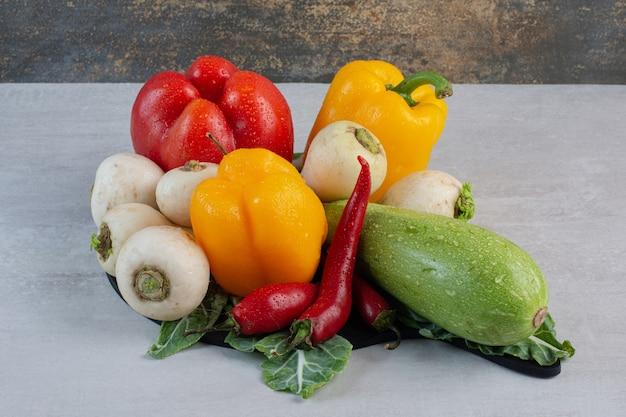 石のテーブルに生野菜の束。高品質の写真