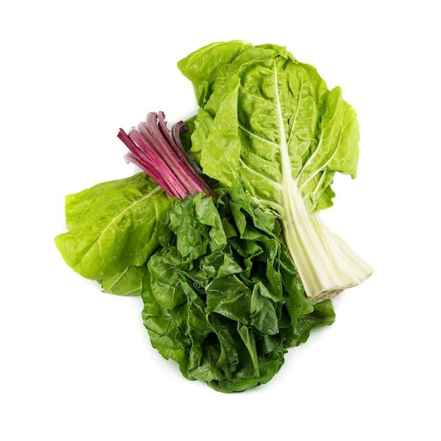 Букет из красного и зеленого мангольда сгруппирован вместе, свежий вид с каплями воды, изолированные на белой поверхности. предпосылка овощей и космос экземпляра. еда