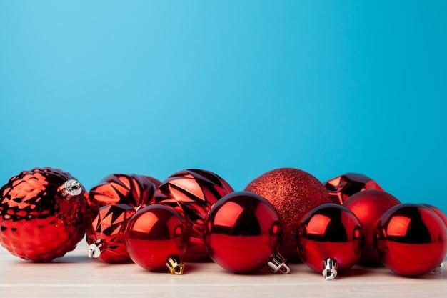파란색 배경에 빨간 크리스마스 싸구려의 무리