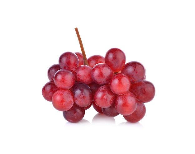 白い背景の上の赤いブドウの束
