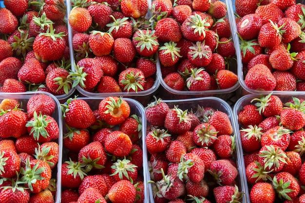 Букет красных спелых свежих клубники в корзине