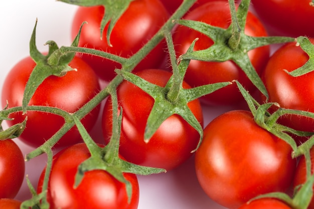 白地に赤のおいしい新鮮なトマトの束。